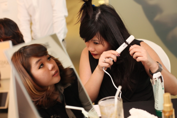 kristen juliet beauty sorority beauty blogger curling hair at kerastase event