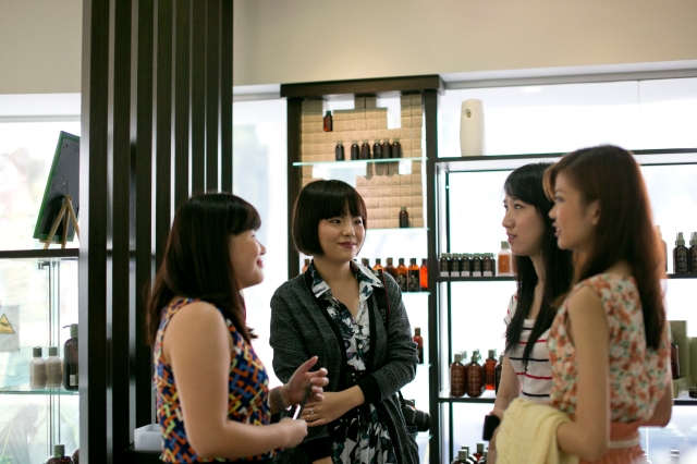 kristen juliet having a short chat with bloggers before event