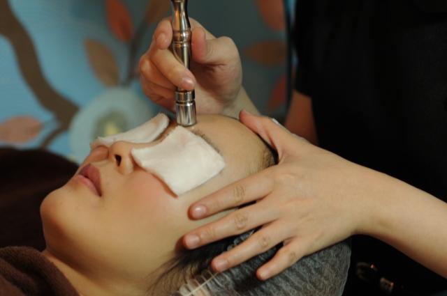 facial treatment at Glomax Aesthetics