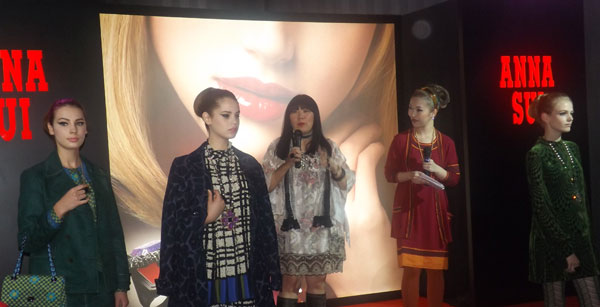 anna-sui-with-models-chatting